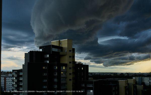 gewitterwolken-ueber-in-neuperlach-muenchen-photographed-by-gelbmann-date-jul-01-2020-time-19-38-24-dsc96173A75E7B9-E80D-C781-EBE7-B007A72FB030.jpg