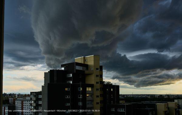 gewitterwolken-ueber-in-neuperlach-muenchen-photographed-by-gelbmann-date-jul-01-2020-time-19-39-01-dsc9622CF1B00D9-3AB7-3B7B-4A94-12F30248DAC9.jpg