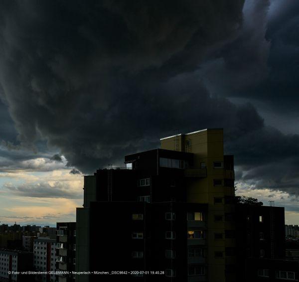 gewitterwolken-ueber-in-neuperlach-muenchen-photographed-by-gelbmann-date-jul-01-2020-time-19-40-28-dsc96423410B2BE-4FEC-D448-8D84-9636BD98828C.jpg