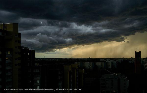 gewitterwolken-ueber-in-neuperlach-muenchen-photographed-by-gelbmann-date-jul-01-2020-time-19-42-25-dsc9661F7B44B1A-7F9D-01B3-1641-DD6D3645FEF1.jpg