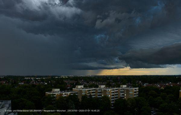 gewitterwolken-ueber-in-neuperlach-muenchen-photographed-by-gelbmann-date-jul-01-2020-time-19-45-25-dsc970080751F26-C3CF-ED31-D769-113416663107.jpg