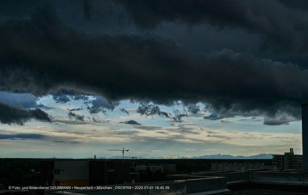 gewitterwolken-ueber-in-neuperlach-muenchen-photographed-by-gelbmann-date-jul-01-2020-time-19-45-39-dsc970463ADEE11-72AA-9E96-3098-141D29ACF710.jpg